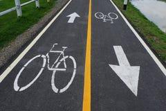 Fahrradzeichen auf der Fahrradweise Stockbilder