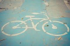 Fahrradzeichen auf der gebrochenen Straße Stockfotos