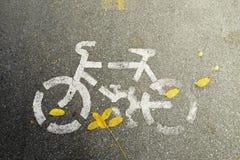 Fahrradzeichen auf der Straße Stockbilder