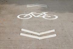 Fahrradzeichen auf der Straße Lizenzfreie Stockfotos