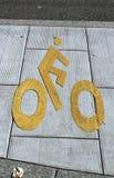 Fahrradzeichenweg auf der Pflasterung Stockbilder