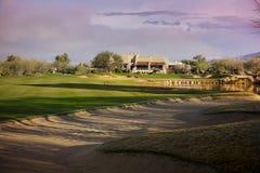Fahrrinne des schönen Arizona-Golfplatzgebirgshintergrundes Lizenzfreies Stockfoto