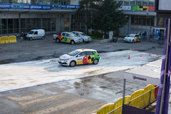 Fahrschuledarstellung Navak-Autos auf Belgrad-Autoshow Stockbild