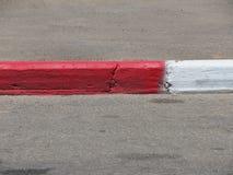 Fahrstraße, Bürgersteig und Beschränkung rot-weiß Lizenzfreies Stockbild
