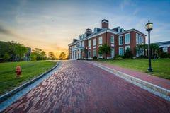 Fahrstraße und Mason Hall bei Sonnenuntergang, an den Universität John Hopkins, stockbilder
