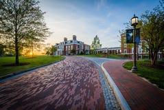 Fahrstraße und Mason Hall bei Sonnenuntergang, an den Universität John Hopkins, stockfoto