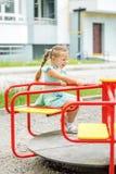 Fahrt des kleinen Mädchens auf das Karussell Das Konzept der Kindheit, Lebensstil, Erziehung, Kindergarten lizenzfreie stockbilder