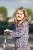 Fahrt des kleinen Mädchens der Roller Lizenzfreies Stockfoto