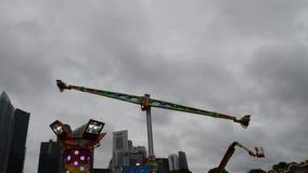 Fahrt des Mach-5 in Singapur Marina Bay Carnival stock footage