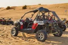 Fahrt im Dünenbuggy in der Wüsten-Safari Lizenzfreies Stockfoto
