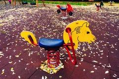 Fahrt im leeren Spielplatz Stockfoto