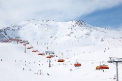 Fahrt vieler Skifahrer in den Alpen am Winter Lizenzfreie Stockfotografie