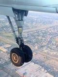 Fahrwerk beim nach Edmonton nach Hause fliegen zurückgezogen stockfoto