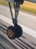 Fahrwerk beim nach Edmonton nach Hause fliegen zurückgezogen lizenzfreie stockfotografie