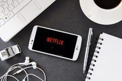 Fahrwerk K10 mit Netflix-Anwendung, die auf Schreibtisch legt lizenzfreies stockbild