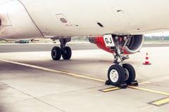 Fahrwerk und Fahrgestell eines Jet-Flugzeuges, geparkt Stockfotografie