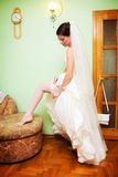 Fahrwerkbein der Braut mit weißem Strumpfband Stockbild