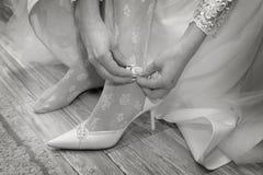Fahrwerkbein der jungen Frau in den Schuhen Lizenzfreie Stockbilder