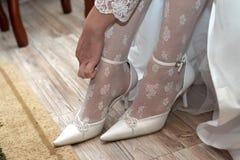 Fahrwerkbein der jungen Frau in den Schuhen Stockbild
