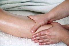 Fahrwerkbein-Massage lizenzfreie stockfotografie