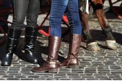 Fahrwerkbeine in den Jeans, die Matten tragen Lizenzfreie Stockbilder