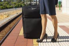 Fahrwerkbeine der Frau an der Bahnstation stockfotos