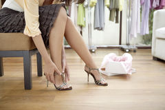 Fahrwerkbeine der Frau mit Schuhen Stockfotografie