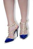 Fahrwerkbeine der Frauen in den Schuhen Stockbild