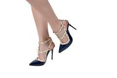 Fahrwerkbeine der Frauen in den Schuhen Lizenzfreie Stockfotografie