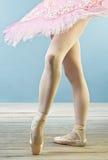 Fahrwerkbeine des Balletttänzers in den Hefterzufuhren Stockfotografie