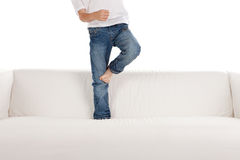 Fahrwerkbeine des Kindes auf Sofa oder Couch Lizenzfreies Stockbild
