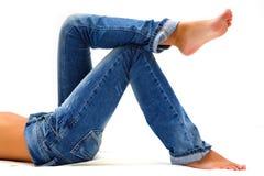 Fahrwerkbeine des Mädchens in der Blue Jeans Lizenzfreie Stockfotos