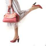 Fahrwerkbeine des Mädchens mit Beutel Lizenzfreies Stockfoto