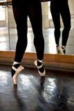 Fahrwerkbeine, die Ballerina ausbilden Lizenzfreies Stockfoto