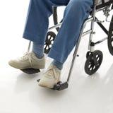 Fahrwerkbeine in einem Rollstuhl. lizenzfreie stockfotografie