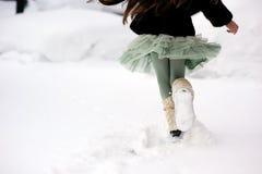 Fahrwerkbeine eines Kindes, die durch Schnee laufen Lizenzfreies Stockfoto