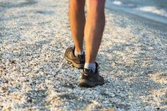 Fahrwerkbeine eines Mannes, der auf den Strand geht Stockfoto