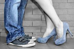 Fahrwerkbeine mit Denim-Schuhen Lizenzfreies Stockfoto