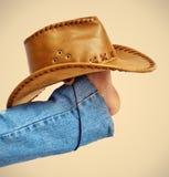 Fahrwerkbeine mit Hut auf Braun stockfotografie