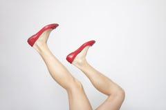 Fahrwerkbeine mit roten Schuhen Stockfotografie