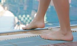 Fahrwerkbeine nähern sich Swimmingpool Stockfotos