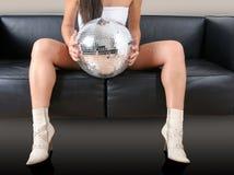 Fahrwerkbeine und discoball der Frau Lizenzfreie Stockfotos