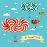 Fahrzeitillustration Vector Postkarte mit Luftschiff und Wolken auf blauem Himmel lizenzfreie abbildung