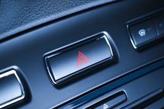 Fahrzeug, Autogefahrenwarnende Blitzgeber knöpfen mit sichtbarem rotem Dreieck. Lizenzfreie Stockfotos