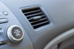 Fahrzeug-Belüftungsöffnung geöffnet auf der Beifahrerseite, die teilweises Dashbo zeigt Stockfotos