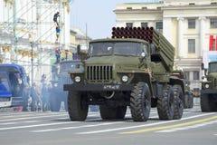 Fahrzeug BM-21-1 an der Wiederholung der Parade zu Ehren Victory Days auf Palastquadrat St Petersburg Lizenzfreies Stockfoto