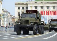 Fahrzeug BM-21-1 MLRS-Absolvent auf Wiederholung der Parade zu Ehren Victory Days Palastquadrat, St Petersburg Lizenzfreie Stockbilder