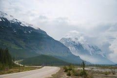 Fahrzeug, das ein wickelnde szenische Icefields Allee verschiebt stockfoto