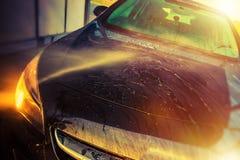 Fahrzeug in der Selbstauto-Reinigung lizenzfreies stockfoto