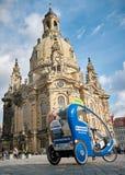 Fahrzeug für eine Stadtrundfahrt für Touristen in Dresden Lizenzfreies Stockfoto